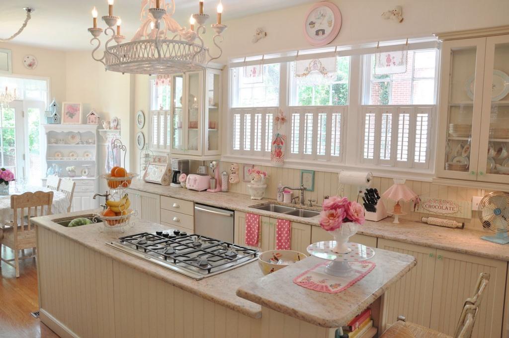 винтажная кухня светлого оттенка с цветочными акцентами