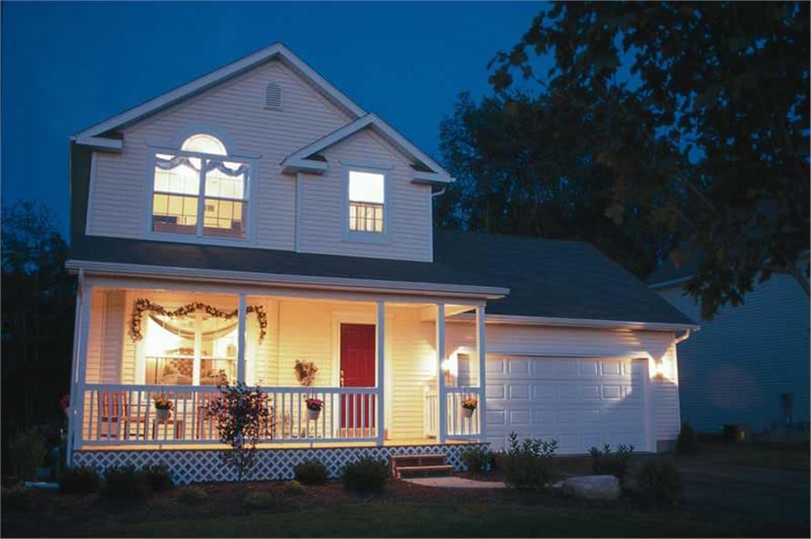 Несложный по архитектуре двухэтажный дом выглядит на фото очень нарядным и легким, благодаря белому цвету фасада и открытой террасе