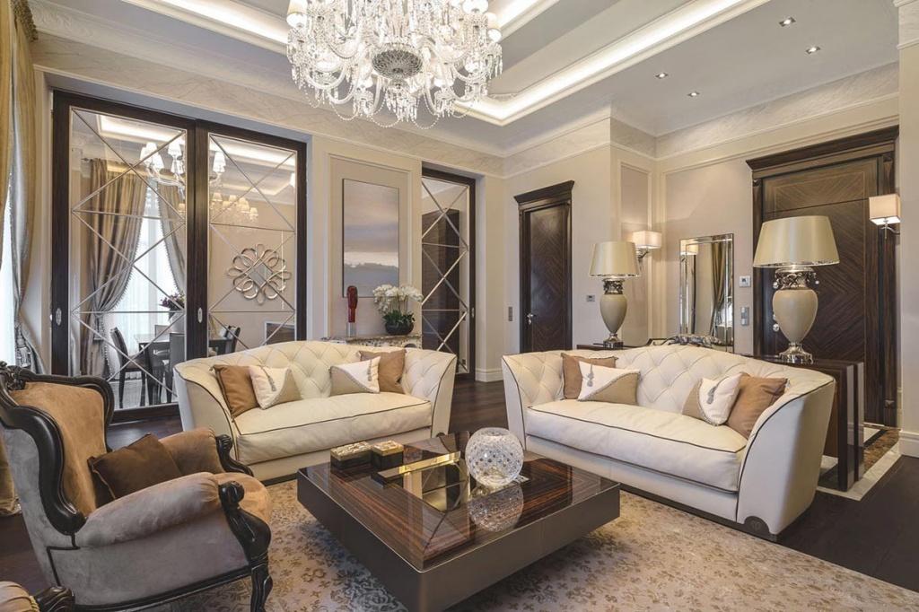 Дизайн классической гостиной с декором из темного дерева
