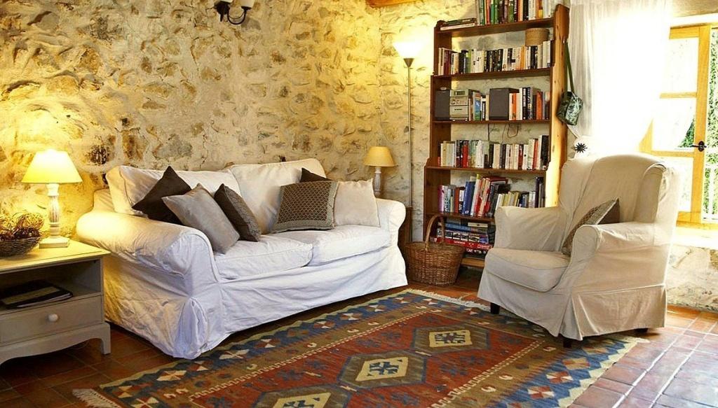Каменная стена в интерьере гостиной прованс
