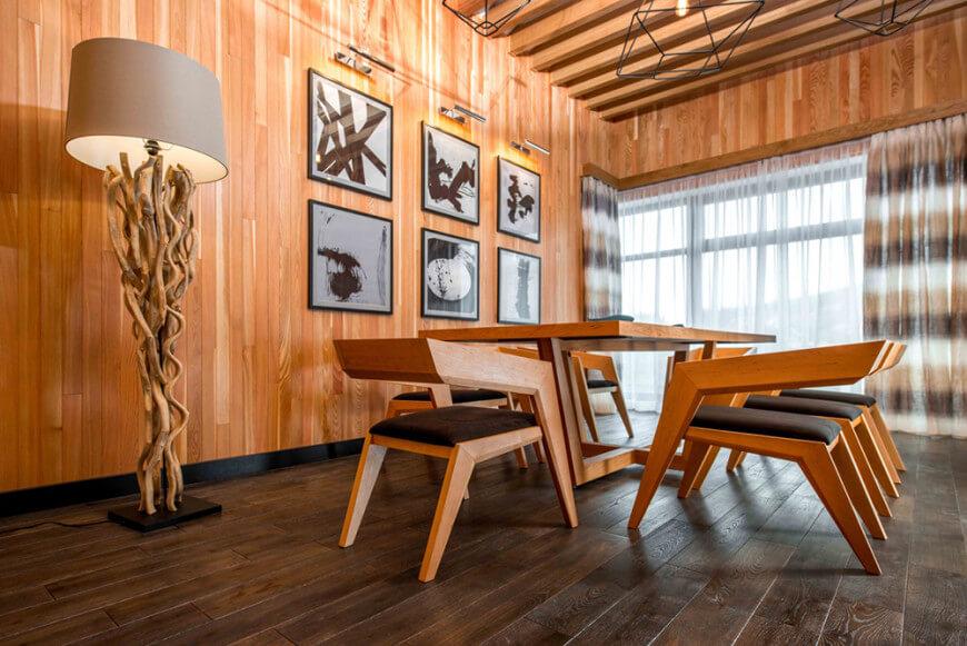В столовой такой же великолепный микс современных и традиционных элементов дизайна