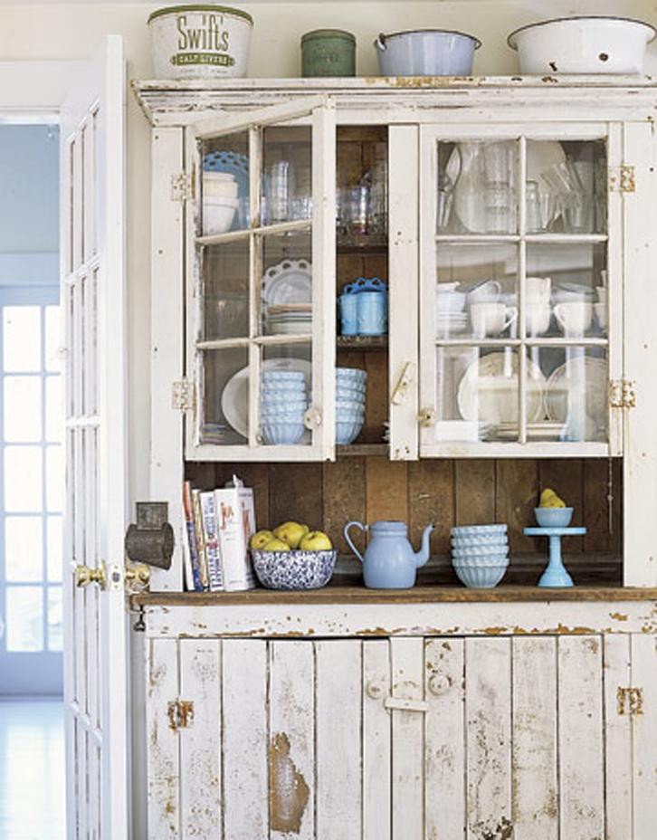 специально состаренный деревянный шкаф на кухне