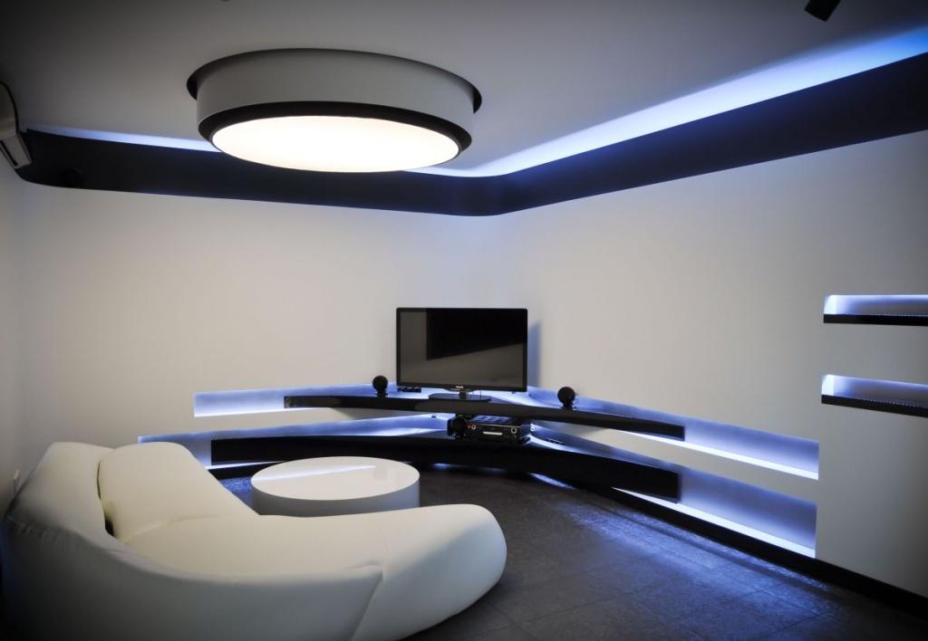 синяя подсветка в белой гостиной