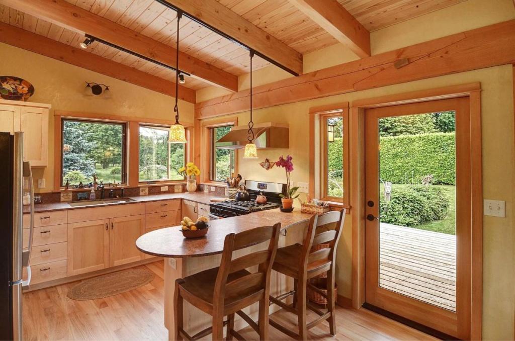 Уютная кухня со стеклянной дверью