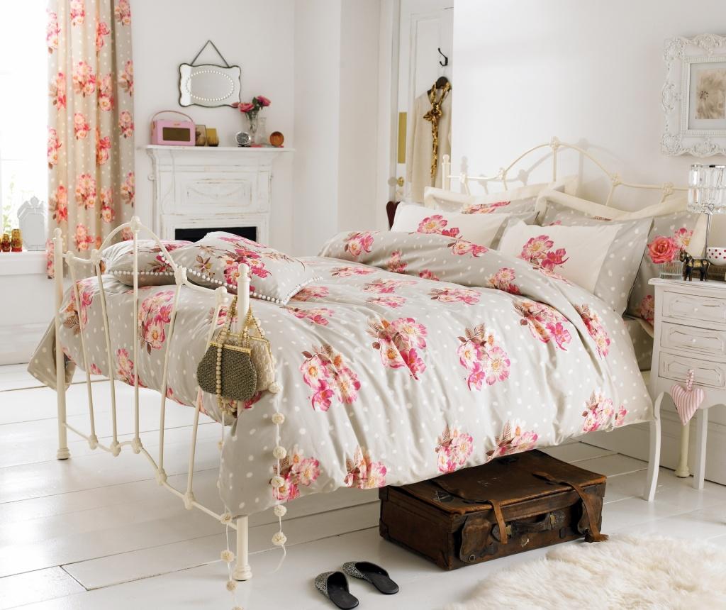 Детская в стиле прованс с кованной кроватью и цветочным текстилем