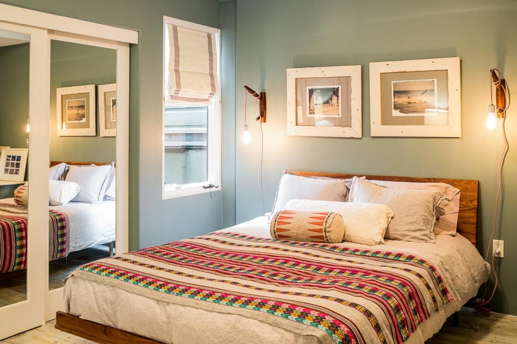 Спальня с ярким текстилем