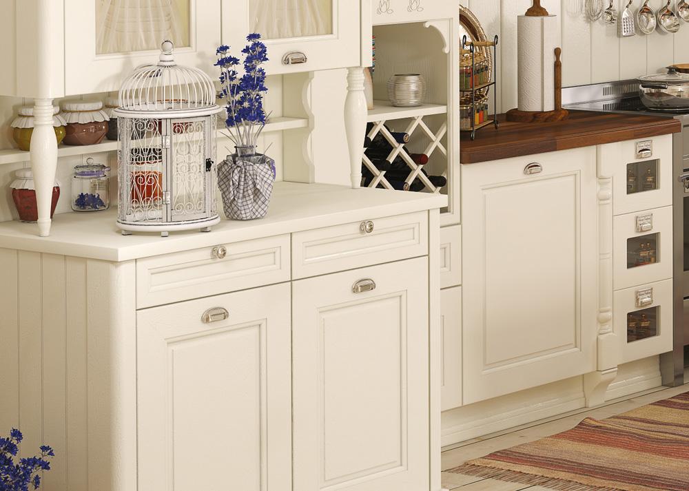 Белая кухонная мебель и неяркий декор