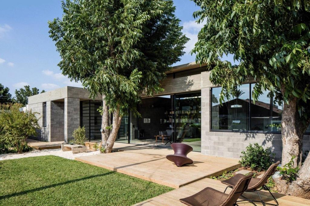 Практичный дом в стиле минимализм из бетонных блоков