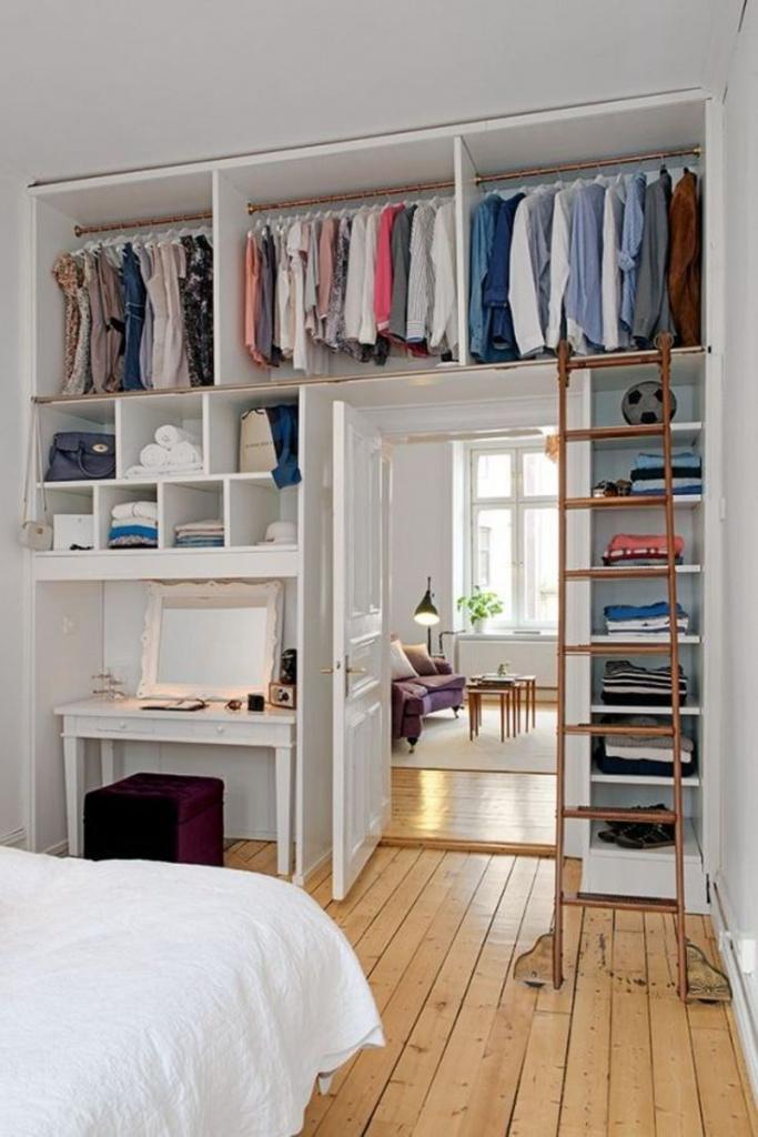 Хранение вещей в шкафах в зоне двери