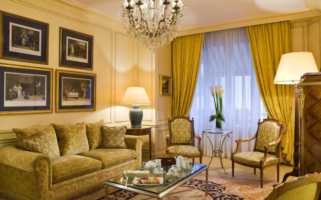 Репродукции в прямоугольных рамах на стене гостиной в классическом стиле