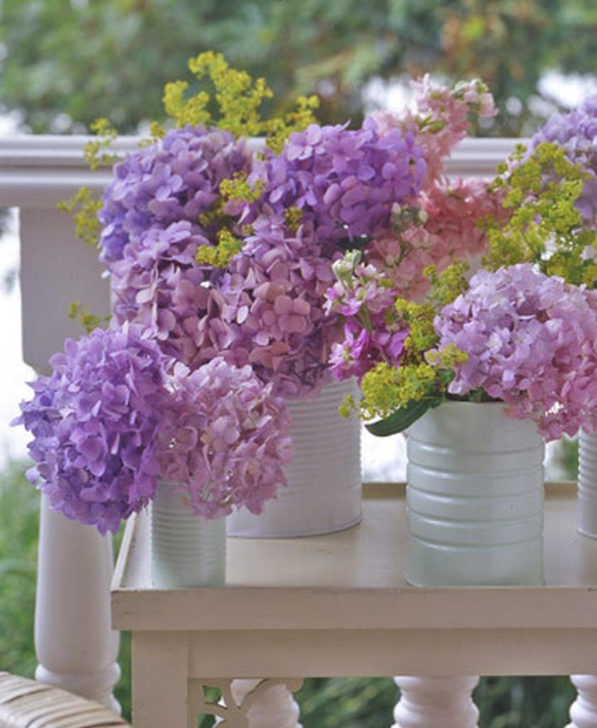 цветы в покрашенных в белый цвет металлических банках