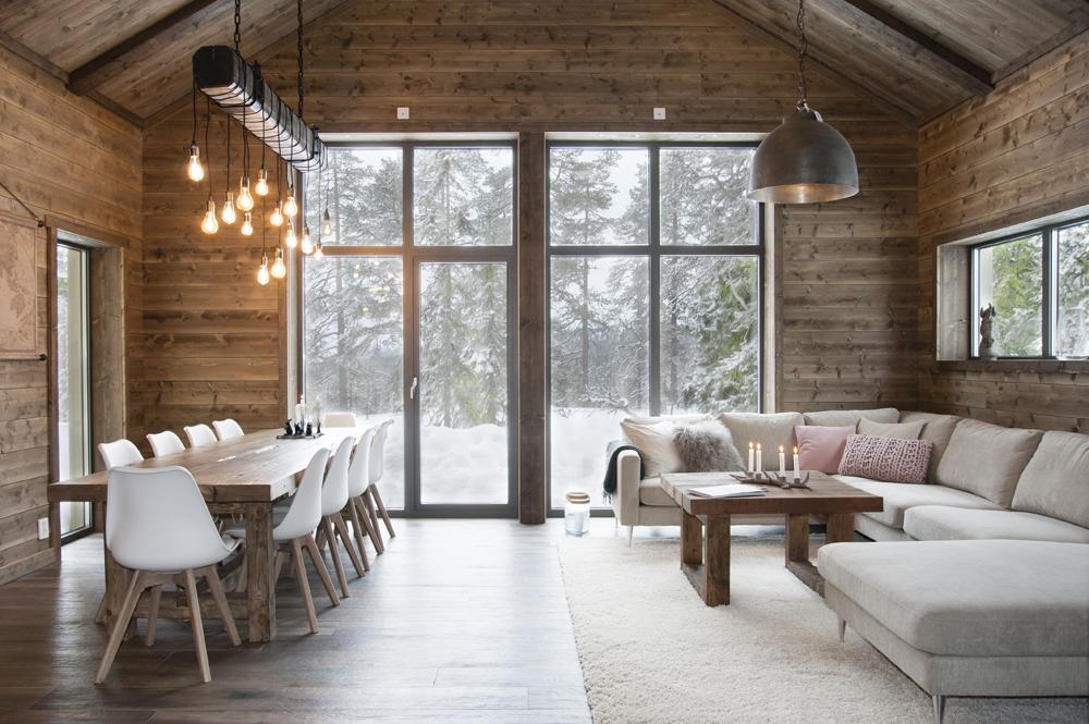 Вариант освещения в интерьере гостиной загородного дома