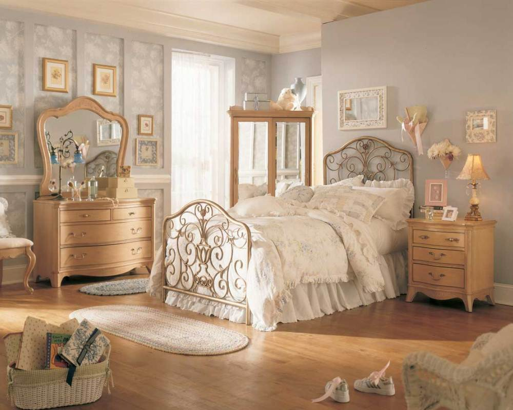 светлая спальня с винтажными диковинками