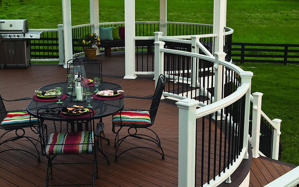 классическая открытая терраса с декоративным ограждением