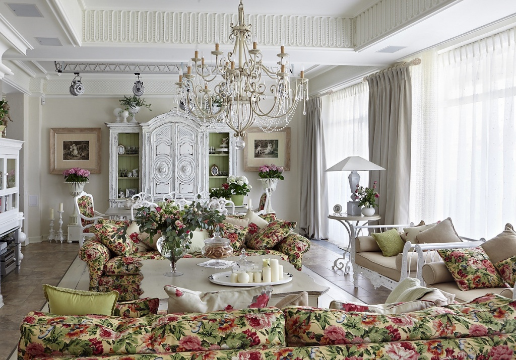 яркий цветочный диван на фоне белого интерьера