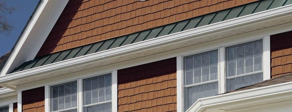 7. Фасад в коричневых тонах натурального кедра с белыми доборными элементами.jpg