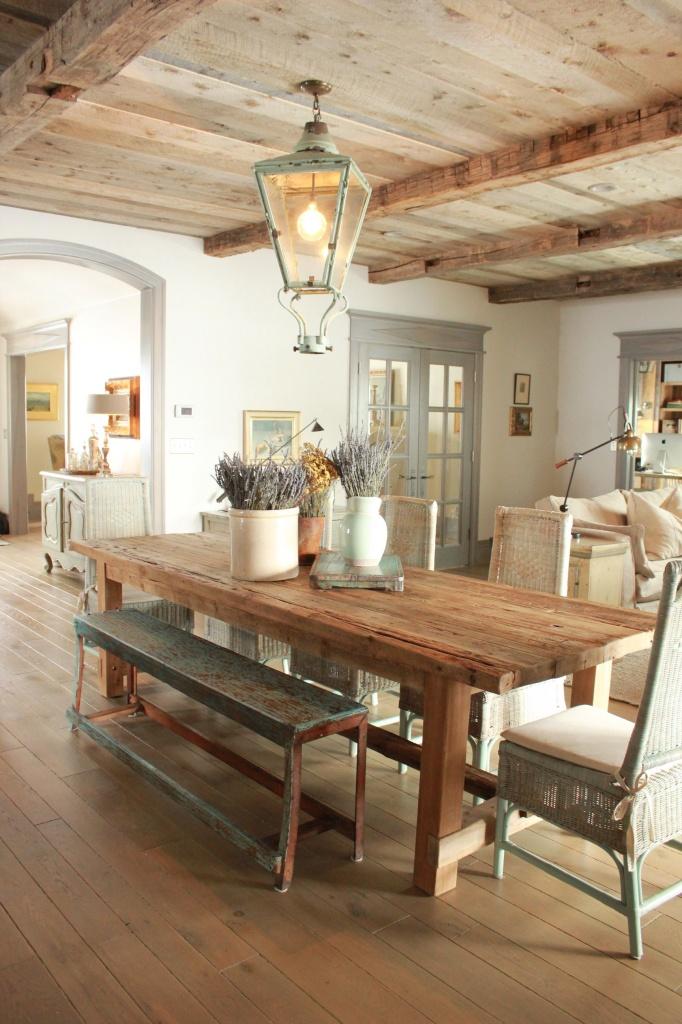 Кухня в деревенском стиле прованс с деревянным потолком