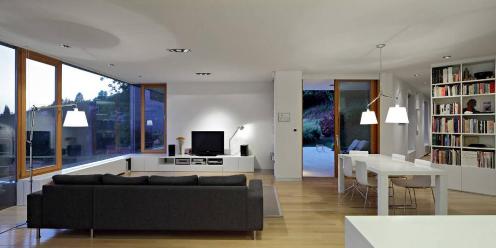 Внутри помещения поддерживается общее направление простого, но добротного и удобного для жизни пространства