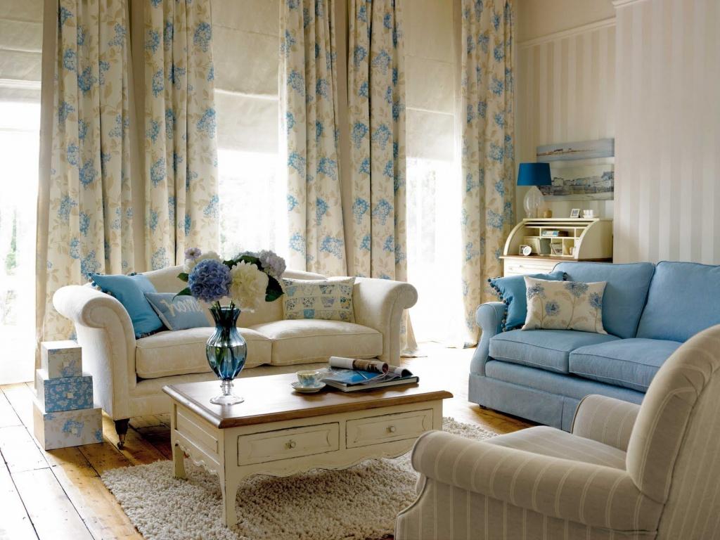 Уместное использование голубого оттенка в интерьере белой комнаты