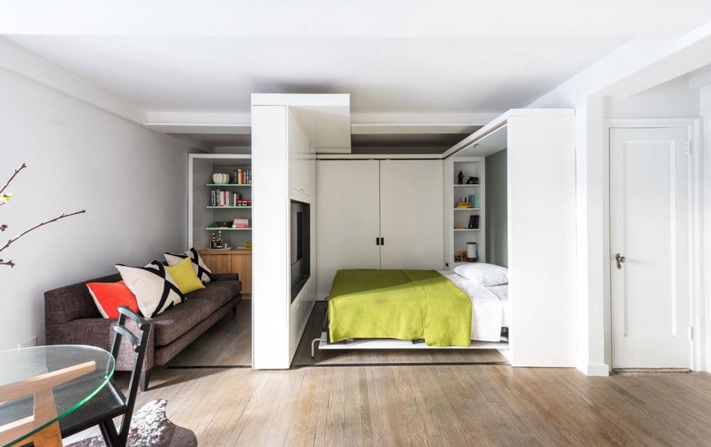 Высокий шкаф разделяет квартиру на две зоны