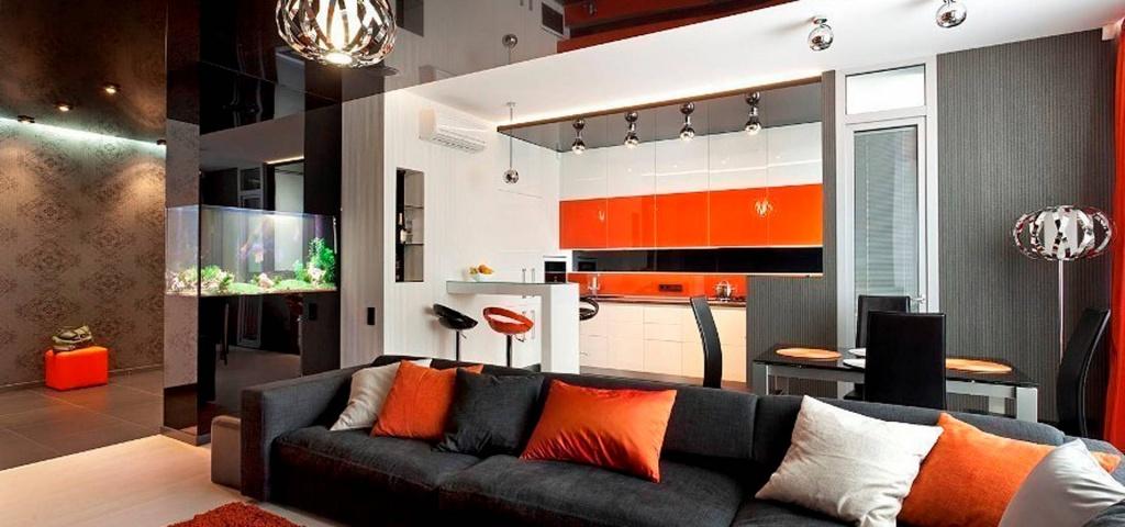 пример гостиной с зеркальным потолком и однотонным полом