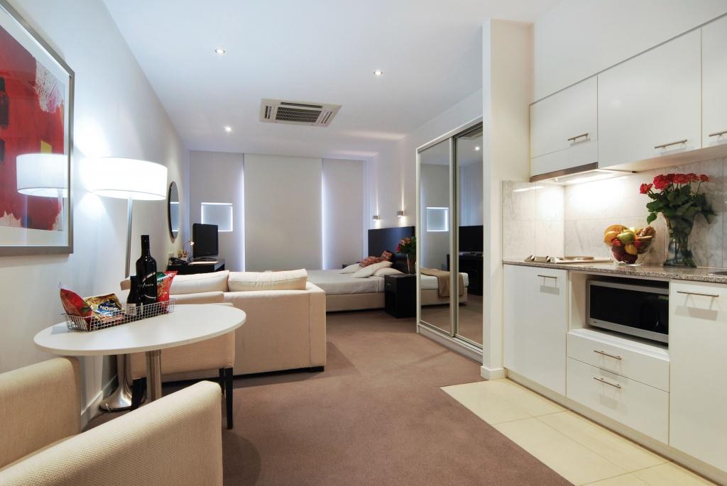 Квартира в стиле минимализм с ковровым покрытием на полу
