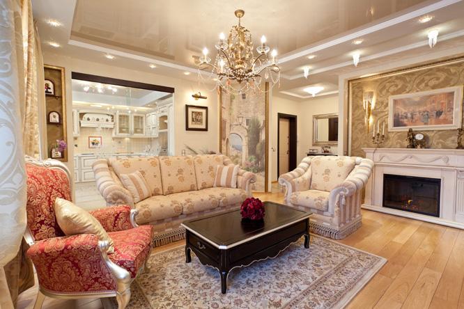 Глянцевый потолок в квартире с классическим дизайном