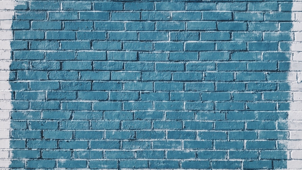 Фото: яркая кирпичная стена голубого цвета
