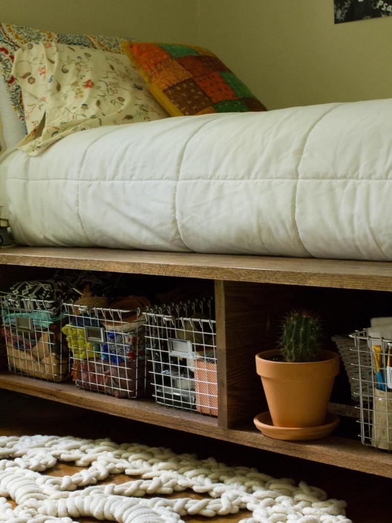 Открытый подиум под кроватью