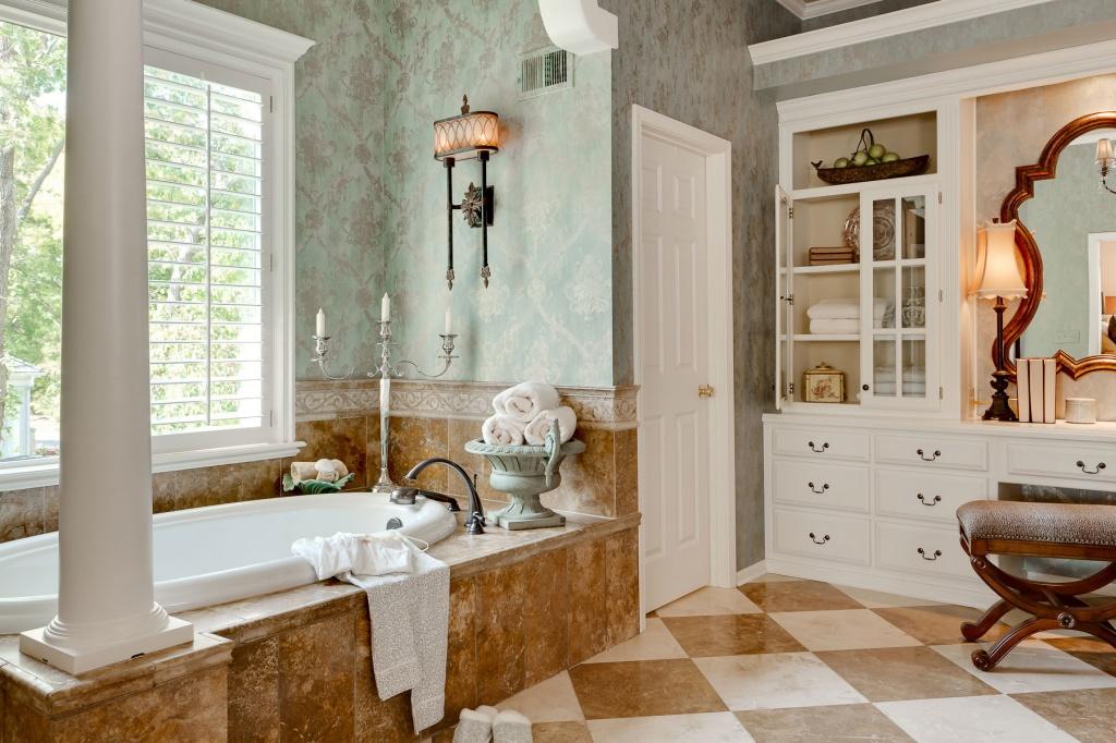 потёртый комод в ванной комнате