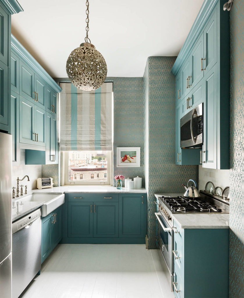 Яркая кухня в цвете тиффани в однокомнатной квартире