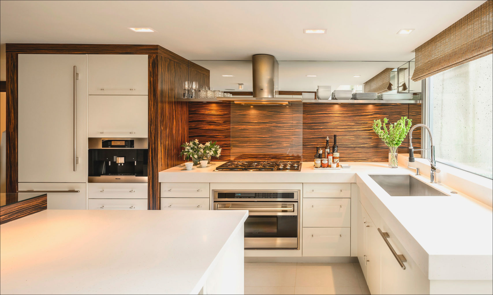 Шикарная кухня с макассарским деревом