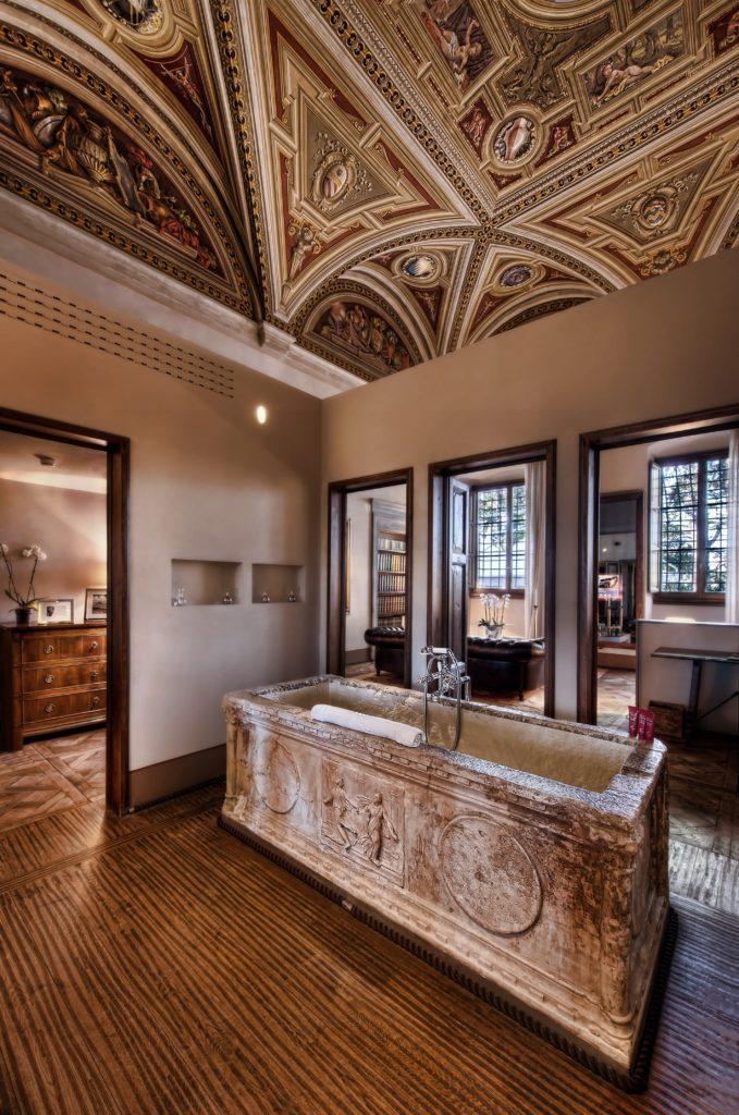 Каменная ванна во флорентийском стиле