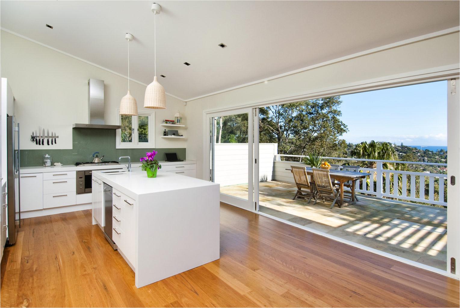 Дизайн интерьера кухни с балконом.