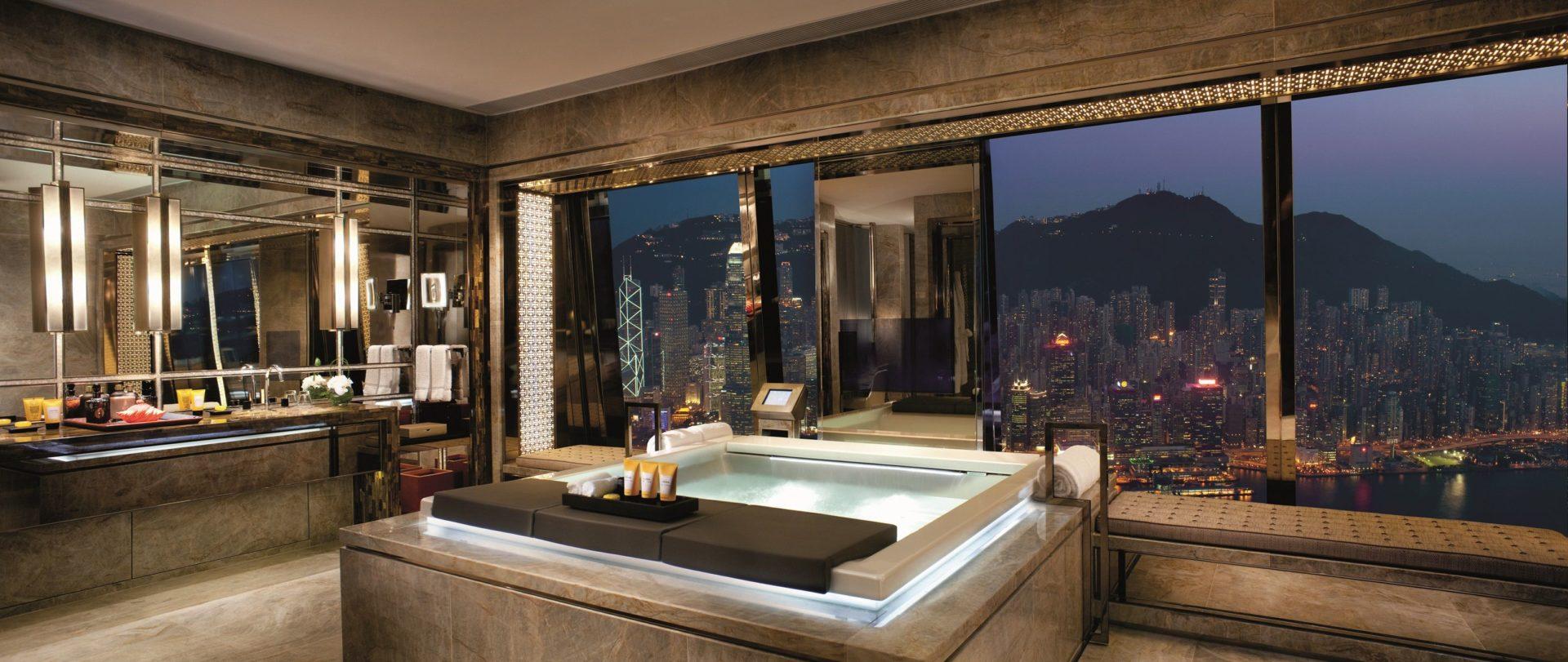 роскошная отделанная мрамором ванная комната с панорамным видом