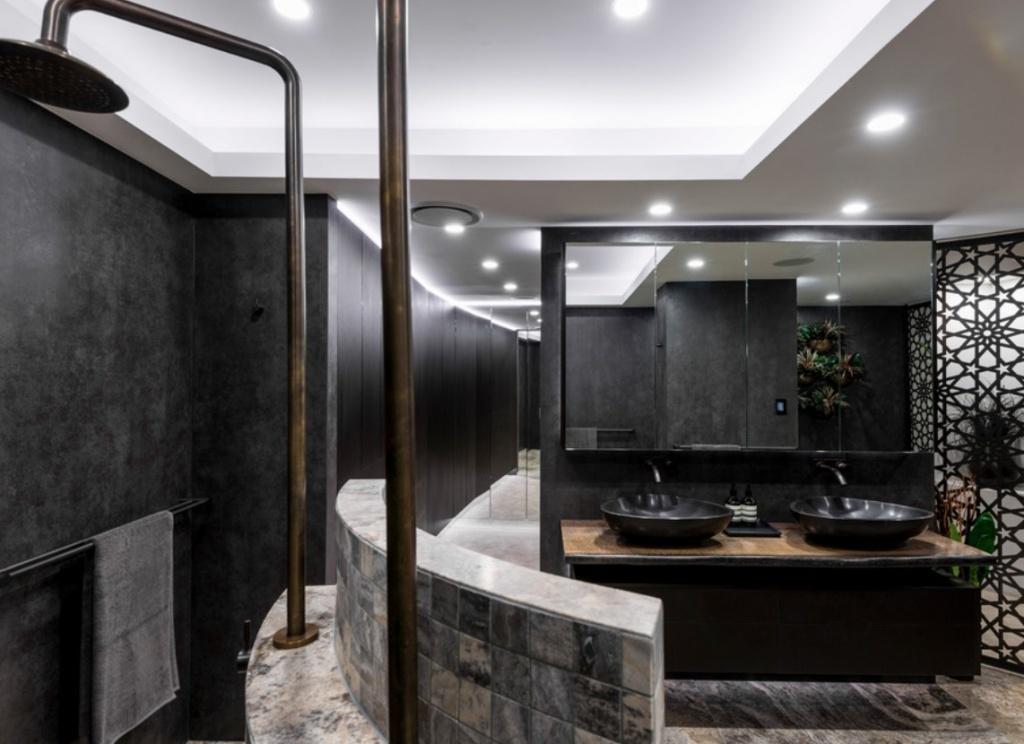 Ванная комната в темных тонах, примыкающая к спальне