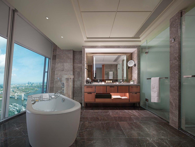 Большая ванная комната с мраморной отделкой