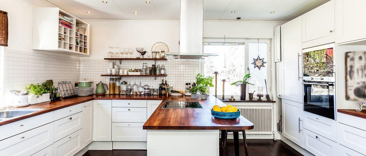 Практичный дизайн интерьера белой кухни