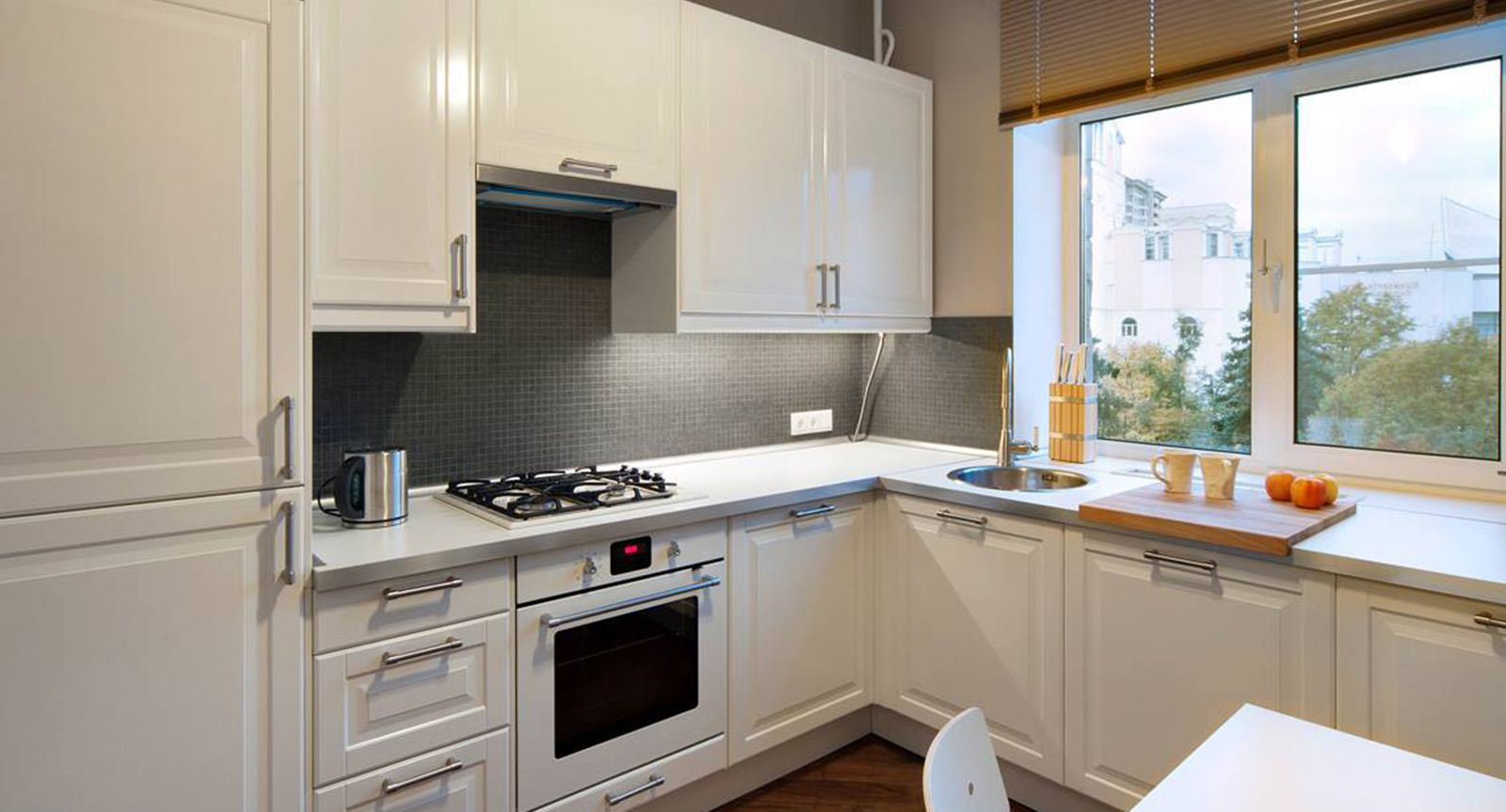 дизайн интерьера для малогабаритных кухонь с окном